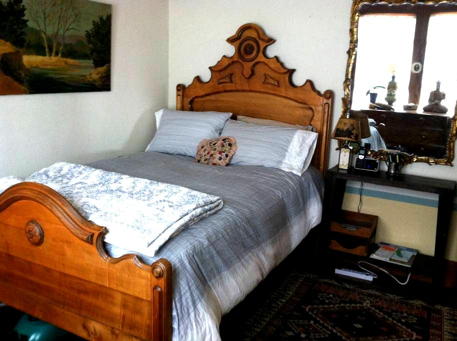 Cozy Bedroom in a 1920s Cottage - Albany - Maison