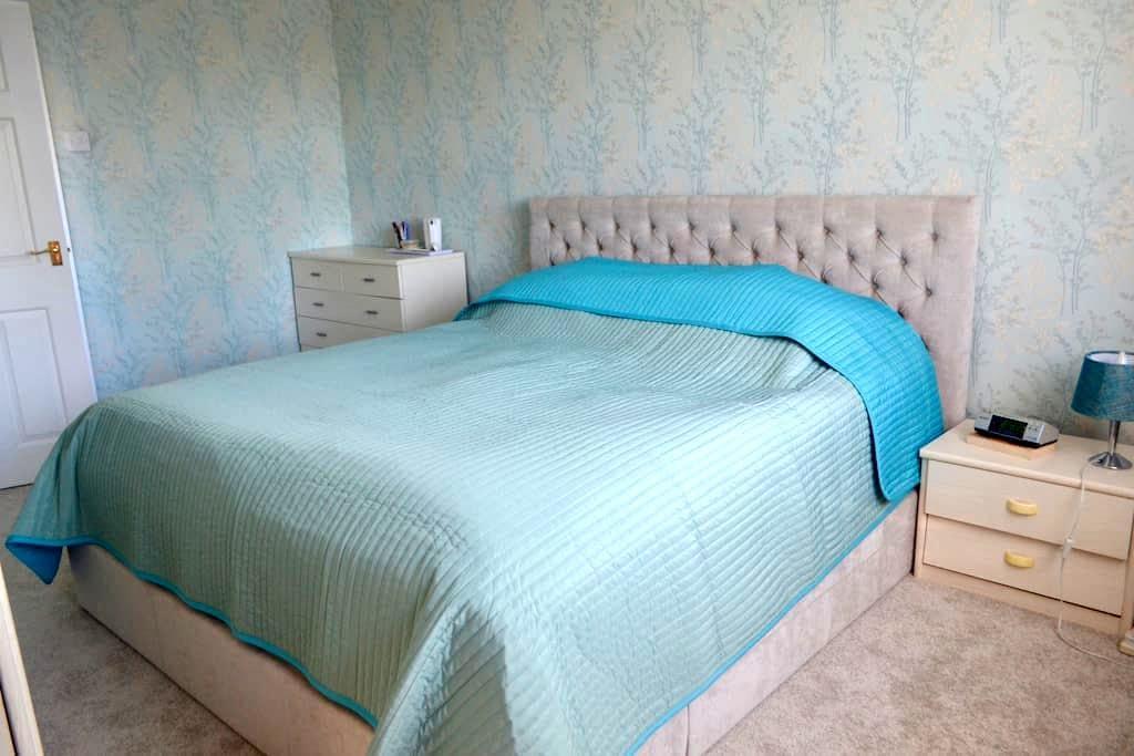 Large DOUBLE Bedroom with PRIVATE En-Suite:) - Chalfont Saint Peter
