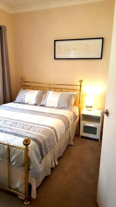 """Modern Spacious Adelaide """"Queen Room"""" (QUEEN Bed) - Brompton - Haus"""