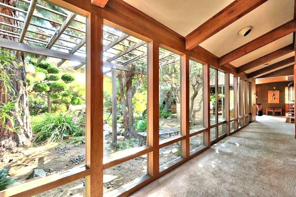 Frank Lloyd Wright Style Oasis #3 - Oxnard - Dům