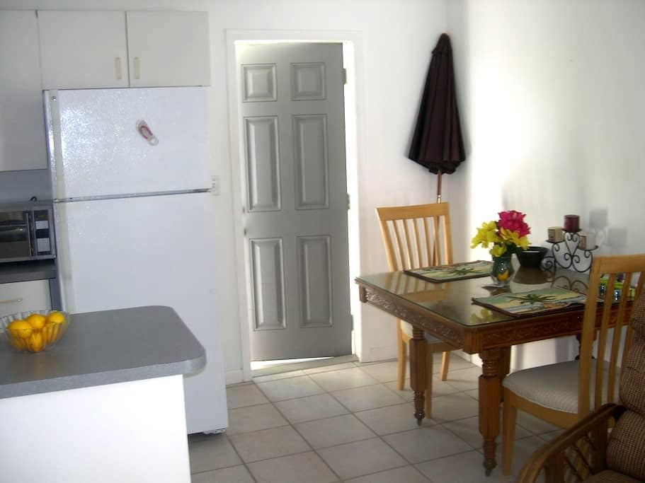 Hedy's, Right on Beach 1 Ocean View - Cocoa Beach - Appartement