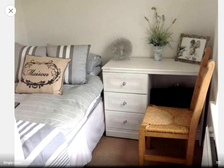 Pretty single room in sunny house - Burniston - House