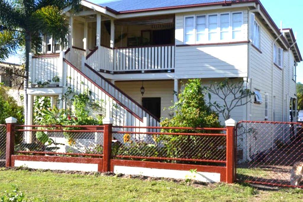 Mateika 4, Traditional Queenslander - Parramatta Park - Bed & Breakfast