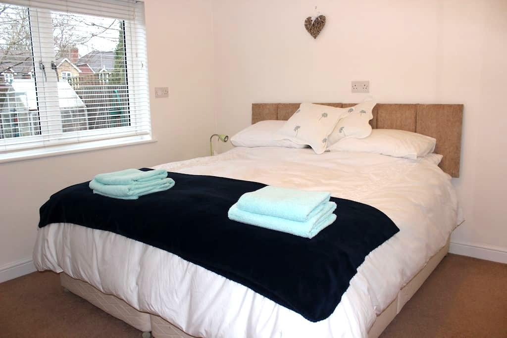 2 Lovely Double Rooms, Surrey - Esher - House