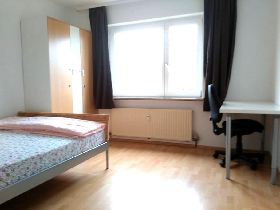 A simple furnished private double room - Sindelfingen - Apartment