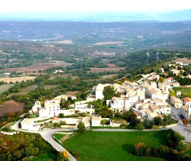 Maison de village petit village provençal Luberon - Vachères
