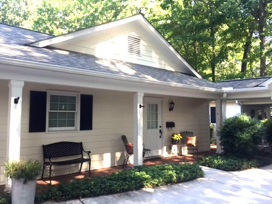Fully Equipped Cottage Apartment w/ Private Entry - Greensboro - Guesthouse