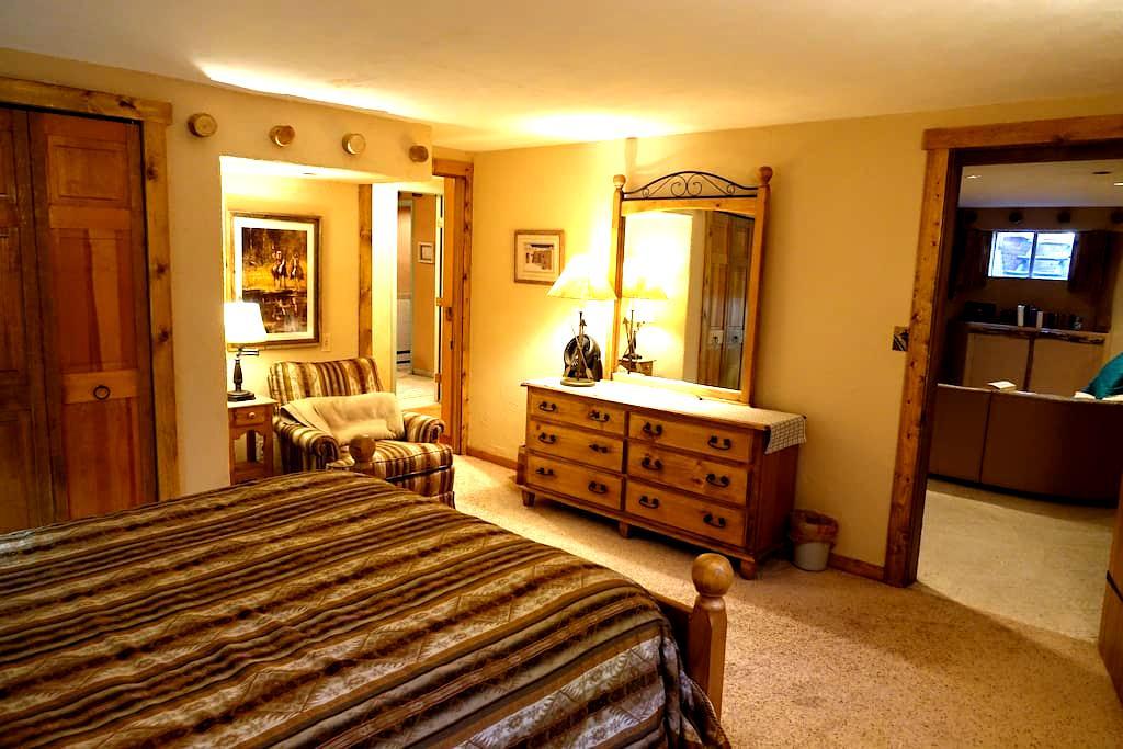 2 bedroom private suite, Yale Station 2 min away! - Denver - Hus