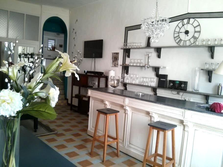Ancien café  ,grands volumes. - Saint-Maurice-sur-Eygues - House