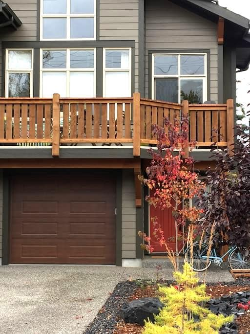 Private bedroom and bathroom - Canmore - Huis