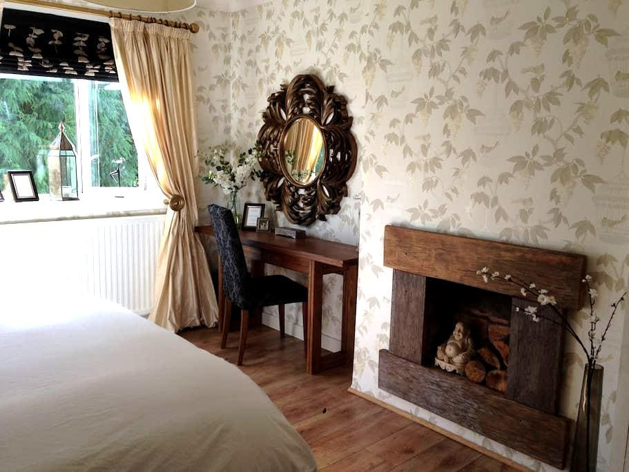 Gorgeous king size room nearest to Glasgow airport - Paisley - Casa