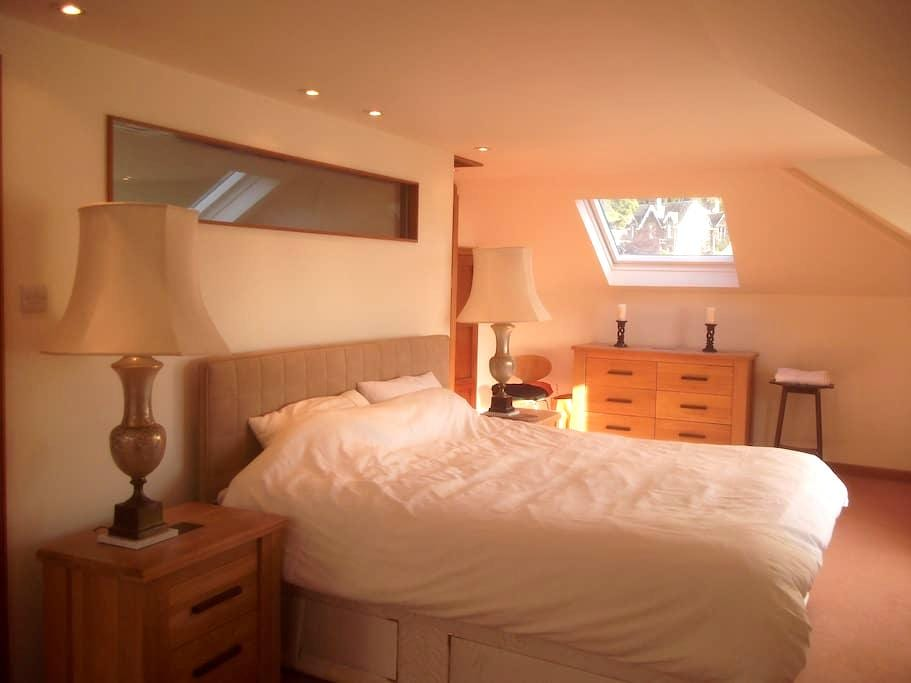 Crieff spacious double room with private shower/wc - Crieff - Casa