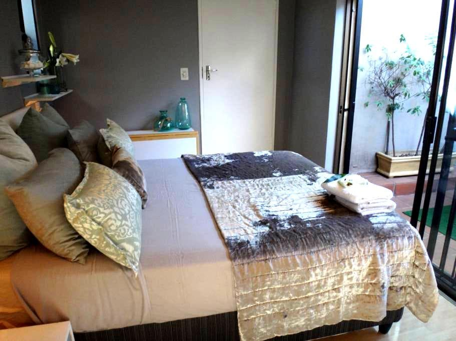 NEW Deluxe.Business.Location - No. 5 on 5th - Randburg - Appartement