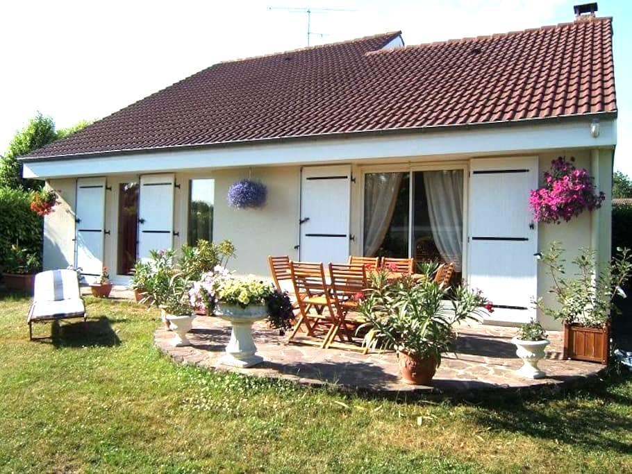 2 bedrooms , bathroom, toilet and private lounge - Les Essarts-le-Roi - Pousada