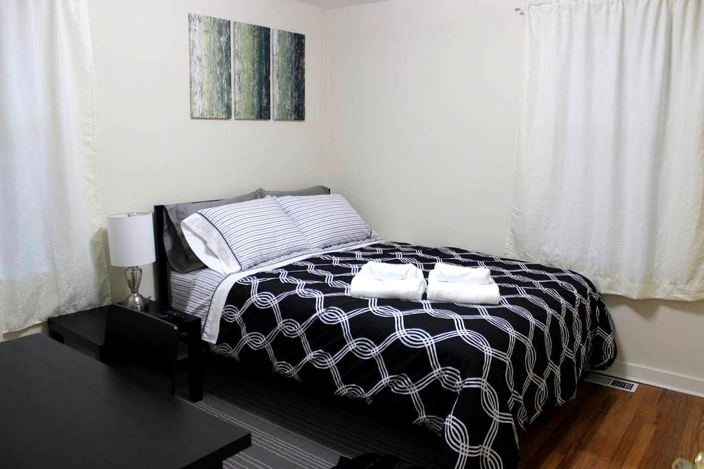 Private Paris Room: Near Airport & Seattle (#1) - Burien