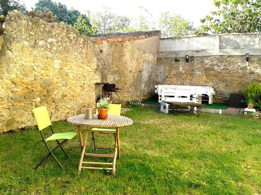 Maison ensoleillée avec jardin dans un village - Villesèquelande