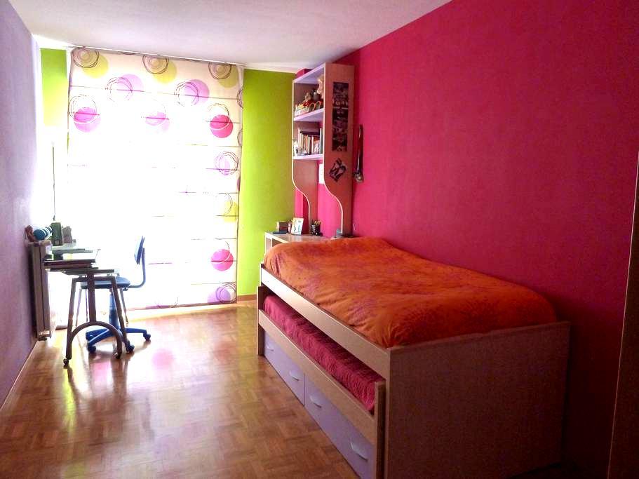 alquilo habitación con nido cama  - Sarriguren - Lejlighed