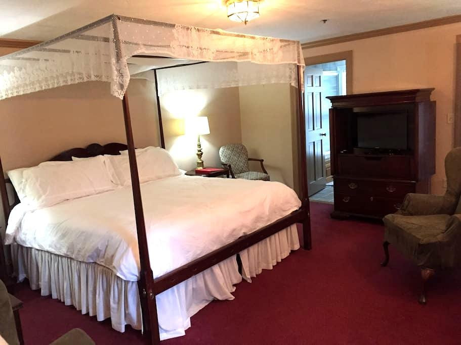 King size room with private bath - Sherborn - Bed & Breakfast