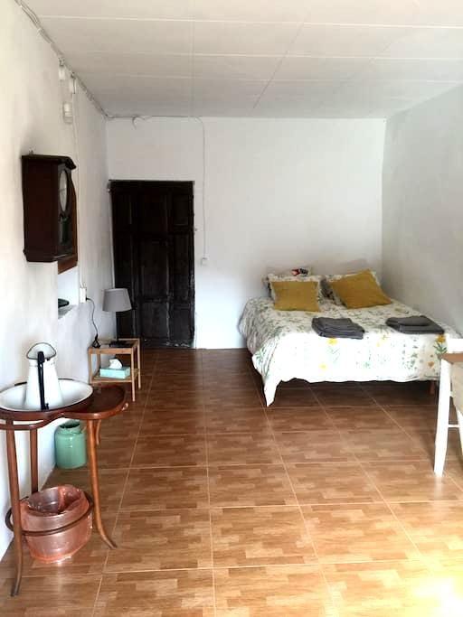 Habitación con increible terraza y desayuno! - Santa Pau - Overig