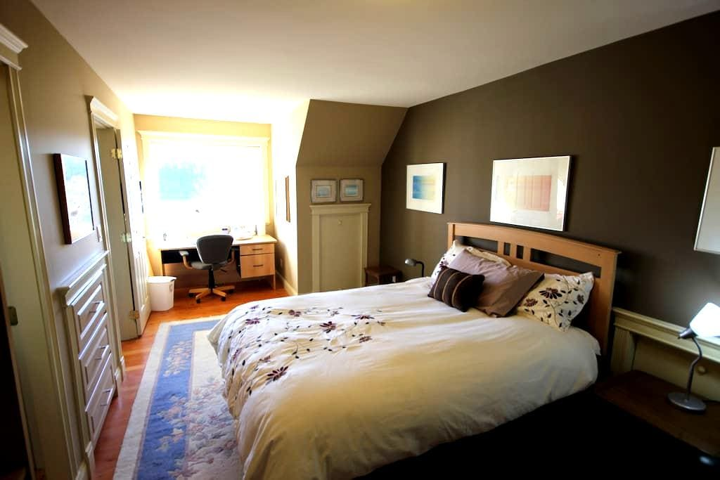 Walk to downtown and BC Ferries - Nanaimo - House