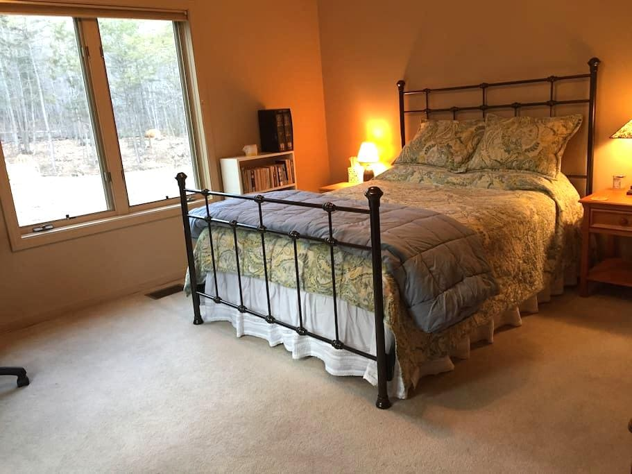 Sunny&private, family-friendly home - Pownal - Bed & Breakfast
