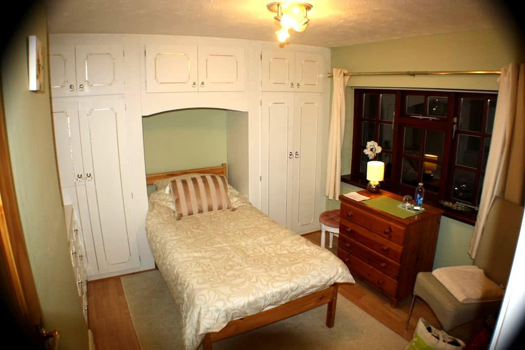 Single Room, B&B, near University - Loughborough - Talo