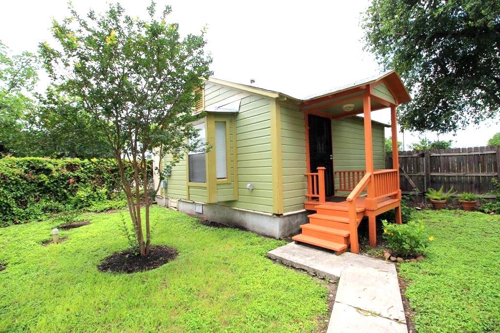Dignowity Hill Backyard Bungalow - San Antonio