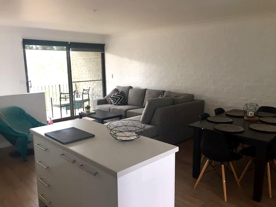 ON THE LAKE Modern 2 Bedroom Apartment - Jindabyne - Flat