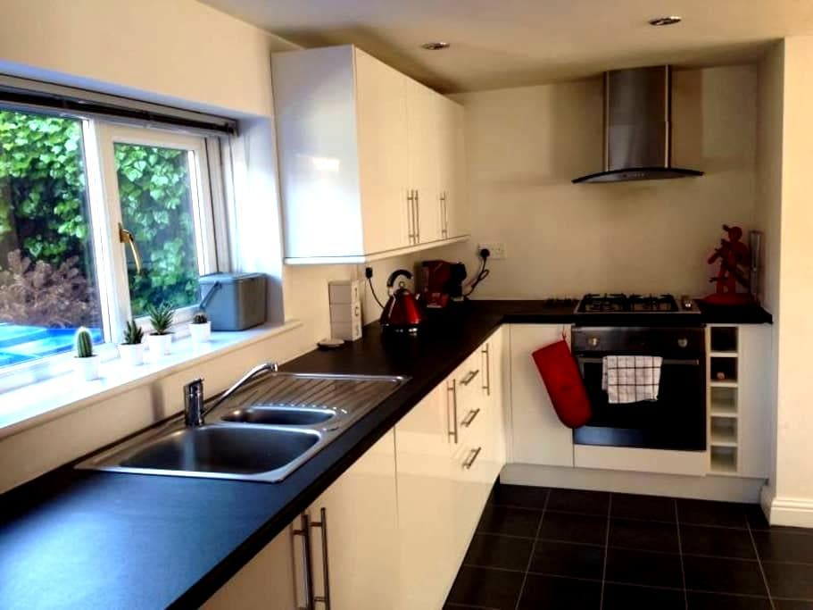 Spacious home with parking - Rochdale - Huis