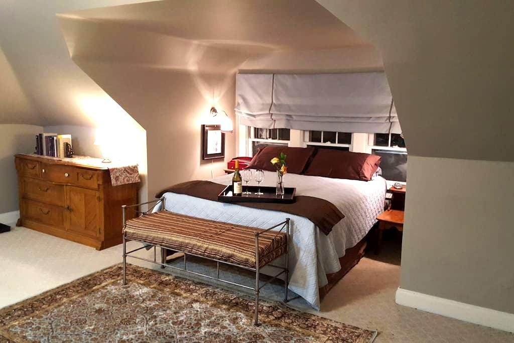 Our Spacious Westport Suite awaits you! - Kansas City - House