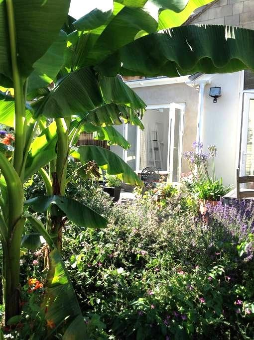 Sunny 2 BED Garden Flat + FREE parking! - Bath - Apartmen