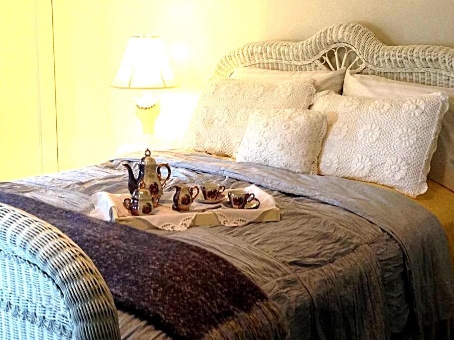 Inn at Yadkin Creek B&B - The Wicker Room - Steelville - Bed & Breakfast