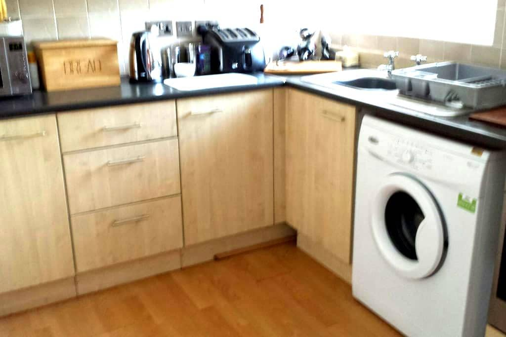 comfy flat, with park and all ammenities close by - Swinton - Flat
