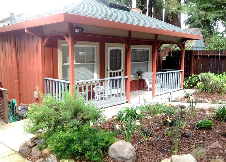 Riverfront Wine Country Cottage With Views and Spa - Healdsburg - Casa