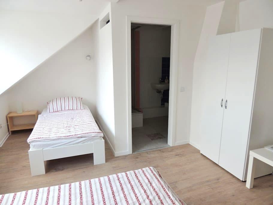 Neu eingerichtetes Zweibett-Zimmer mit Bad - ฮิลเดสไฮม์ - อพาร์ทเมนท์