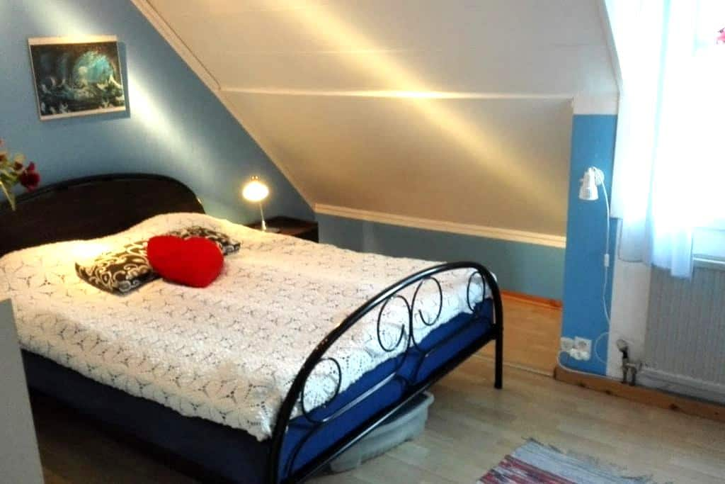Private bedroom about 45 minutes from Stockholm. - Botkyrka - Townhouse