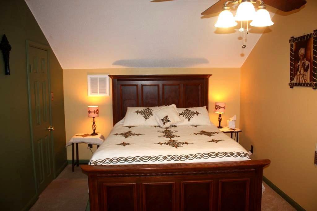 Private upstairs bedrooms and bath - หาดเวอร์จิเนีย - บ้าน