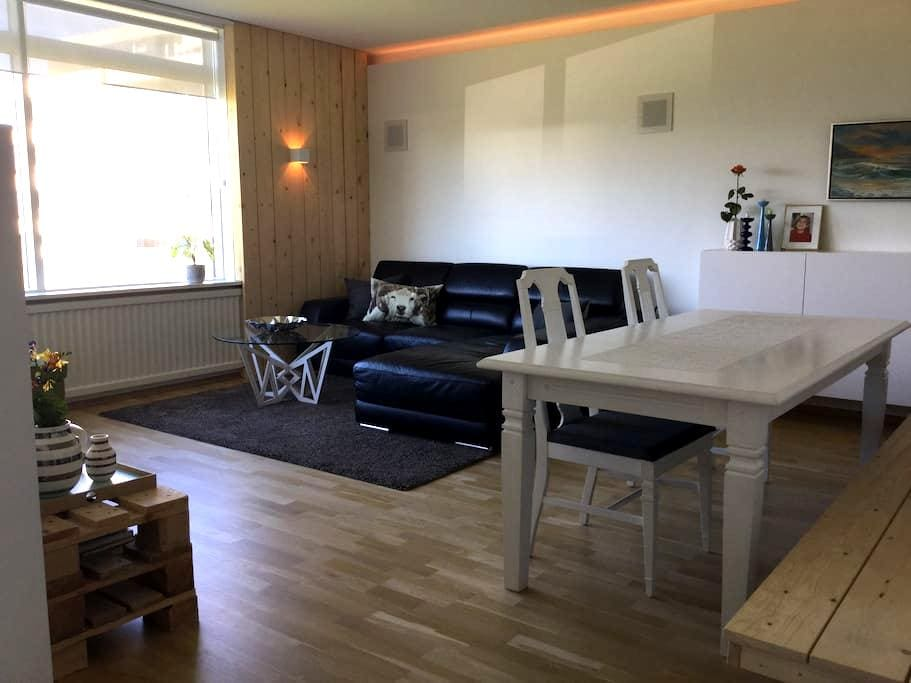Private room in shared apartment with locals - Reikiavik - Apartamento