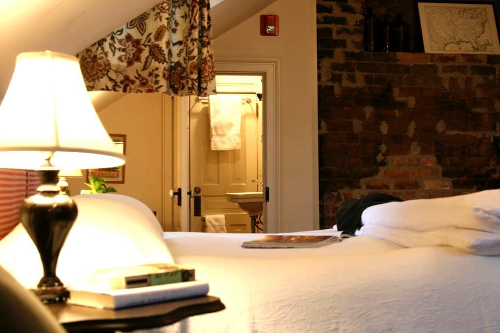 Inn at Bingham School (Rusty's Room) - Mebane - Bed & Breakfast