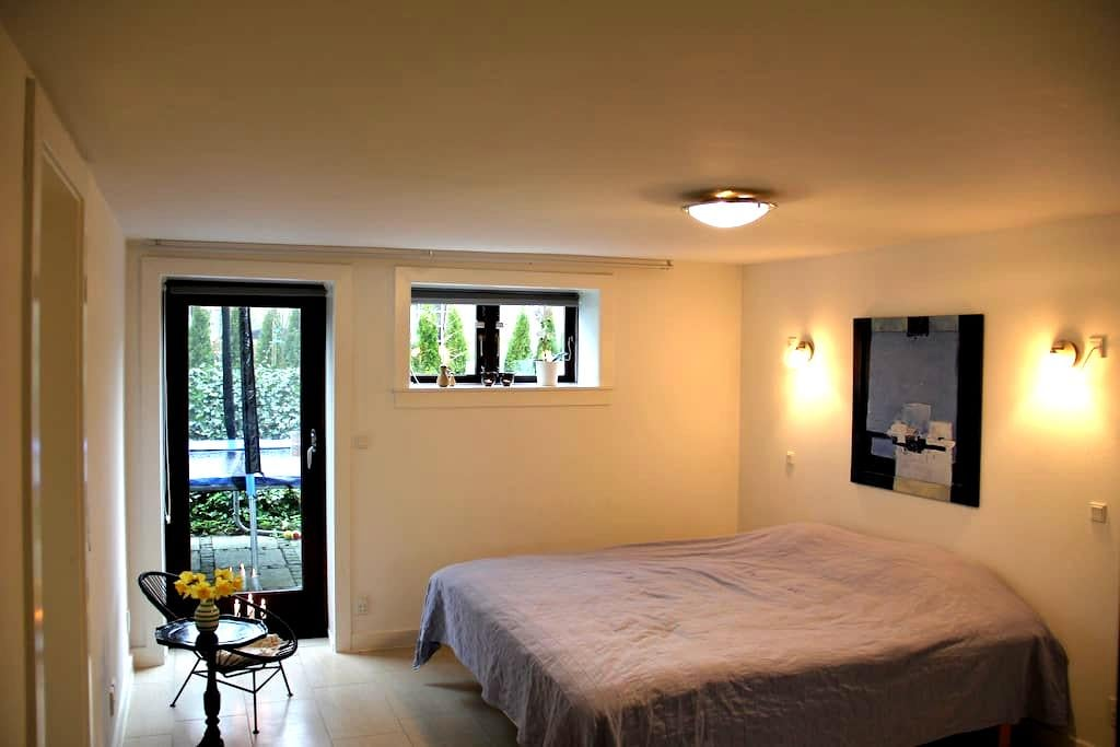 Bright room with private entrance and bathroom - Kongens Lyngby - House