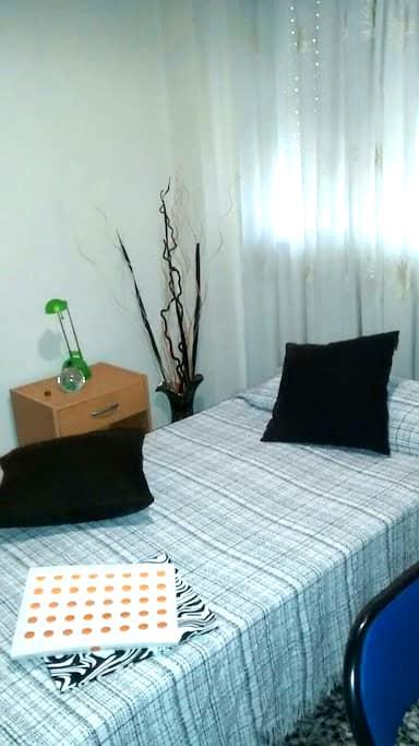 Habitación individual y tranquila con cama de 90cm - Mislata - ที่พักพร้อมอาหารเช้า