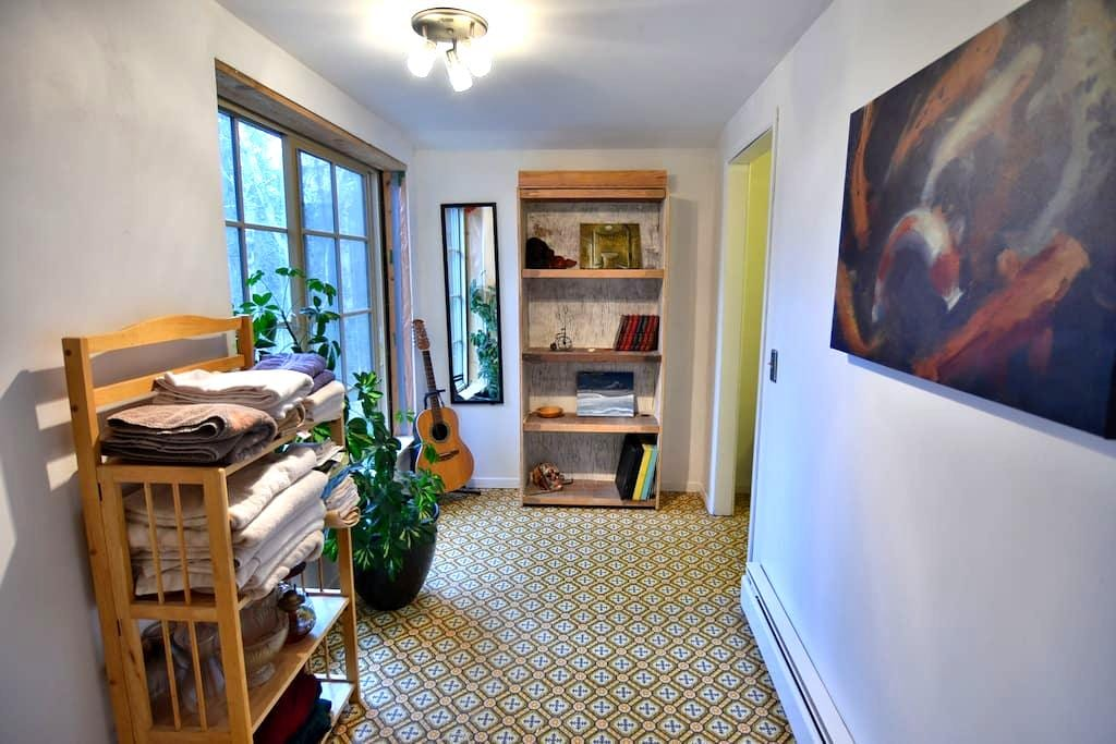 Reduced! Magic Bookcase Room in Woodland Cottage - Anchorage