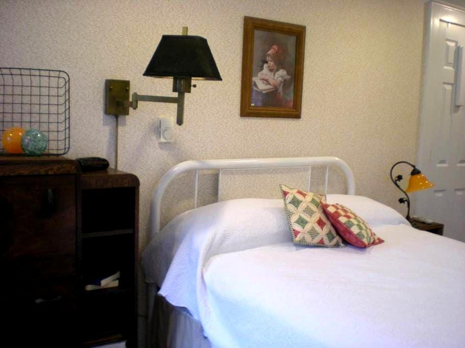 Yellow Bird Guest House, Hosts:   Mindy and Bob - Granville - Casa de huéspedes