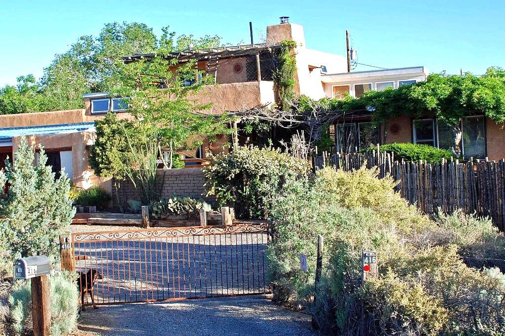 Adobe hacienda on 1 acre with views - Corrales - Dům