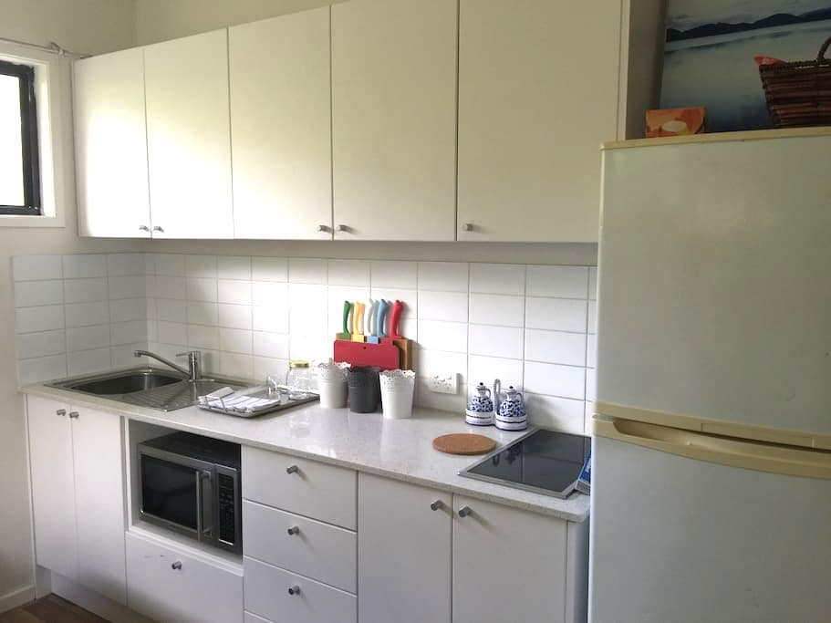 Self Contained Room with own kitchen and entrance. - Fairfield - House