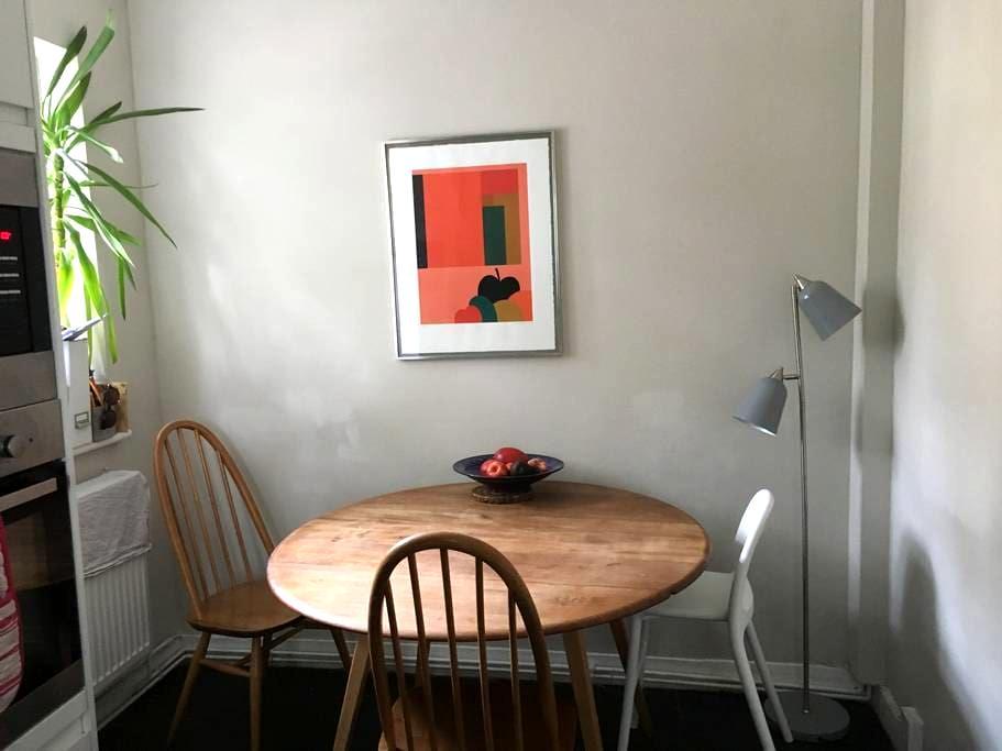 Pretty Double Room in Cosy, Boho Portobello Flat - London - Wohnung