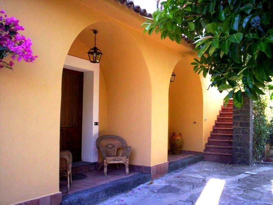 casa rurale immersa nel verde - Motta Camastra - ที่พักพร้อมอาหารเช้า