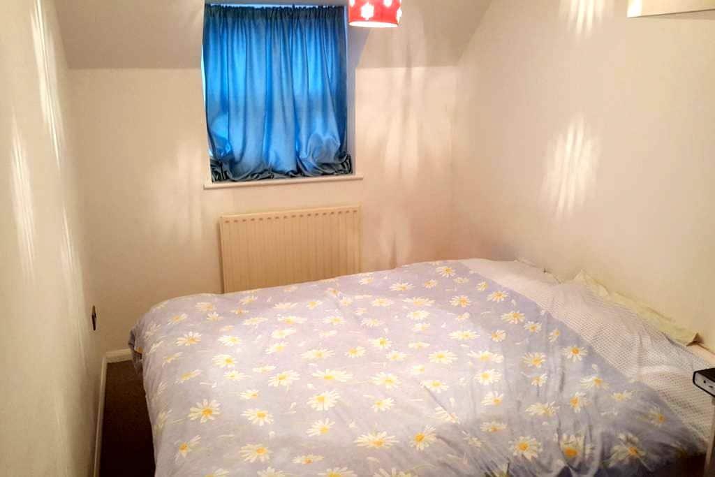 Double bed en-suite in clean house - Biggleswade - Haus
