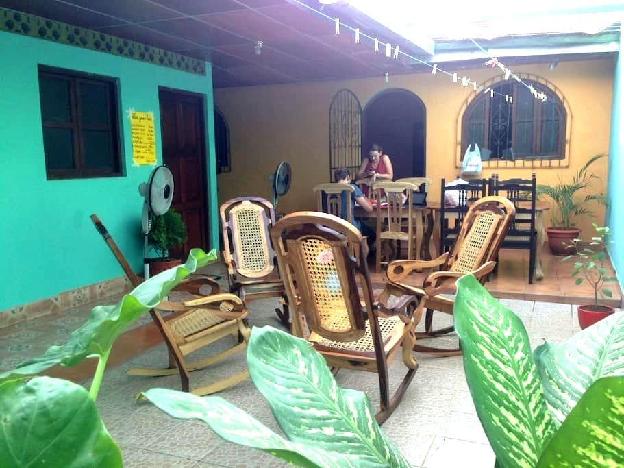 Nice room with fan, patio & the best wifi in town! - León - Casa