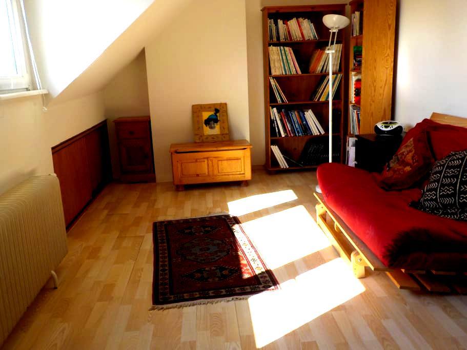Grande chambre sympa à 2 pas du métro - Kraainem - Casa de hóspedes